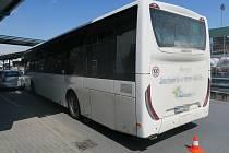 Opilý řidič autobusu v pondělí kolem poledne ve Sladkovského ulici narazil do betonové zábrany a zaparkovaného vozidla Škoda Superb.