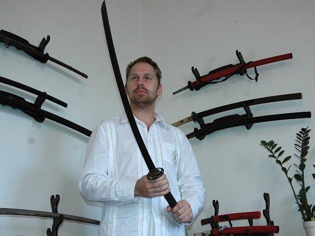 Pavel Bolf a jeden z jeho mečů.