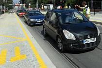 Vídeňské zastávky ve Wolkerově ulici dělají řidičům problémy. Mnozí přejíždějí přes tramvajový pás