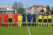 Fotbalisté Nových Sadů potěšili svého osmdesátiletého fanouška Otakara Olborta, před zápasem mu darovali dres
