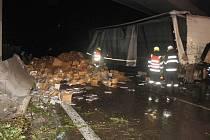 Nehoda kamionu s knihami na D35 u Přáslavic.