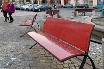 Nové lavičky z lité pryskyřice na Horním náměstí v Olomouci