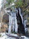 Několikametrový ledopád na skále nad řekou Sázavou na Žďársku