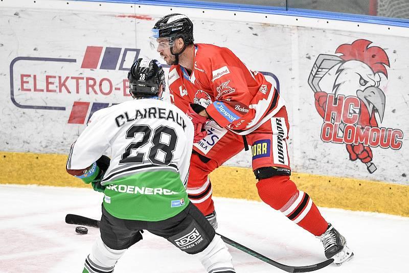 Utkání 1. kola hokejové extraligy: HC Olomouc - BK Mladá Boleslav, 10. září 2021 v Olomouci. (zleva) Valentin Claireaux z Mladé Boleslavi a David Krejčí z Olomouce.