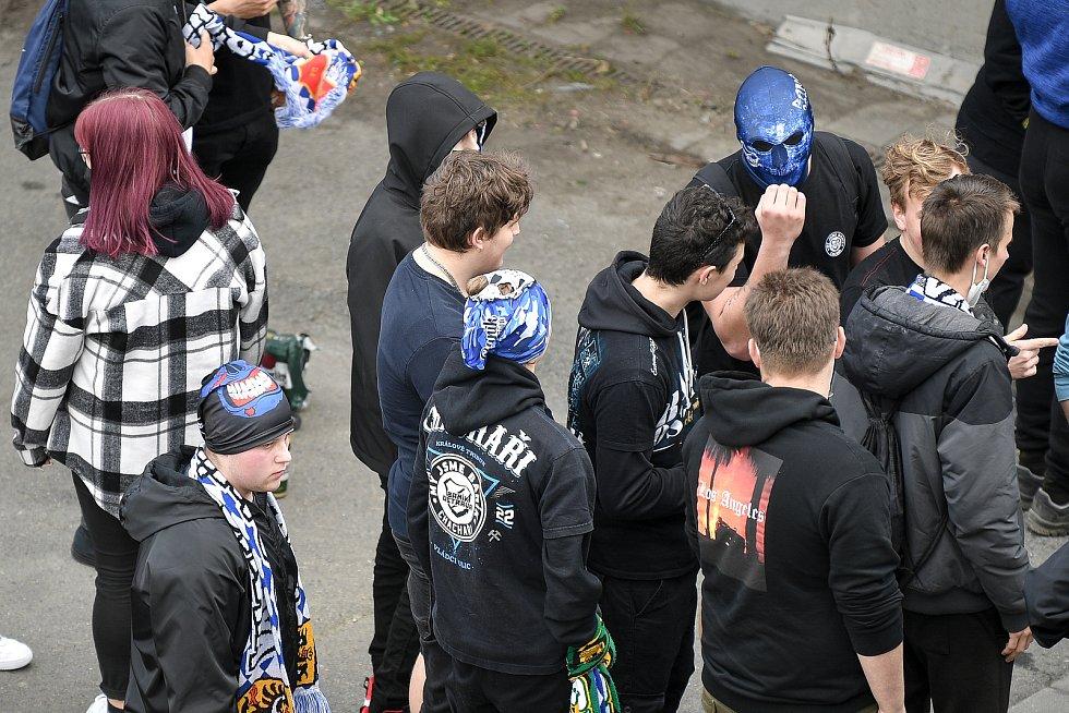 Příznivci Baníku u Androva stadionu v Olomouci, 24. dubna 2021