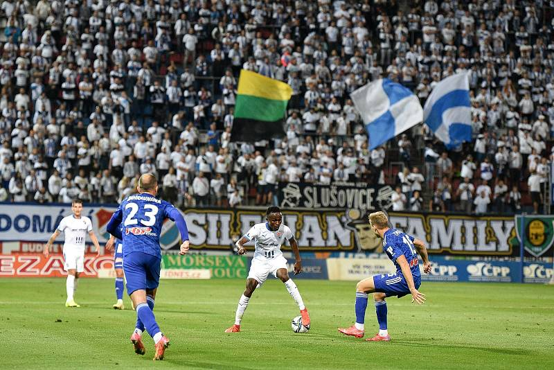 Utkání 8. kola první fotbalové ligy: SK Sigma Olomouc - FC Baník Ostrava 17. září 2021 v Olomouci. (střed) Collins Yira Sor z Ostravy a Ondřej Zmrzlý z Olomouce.