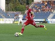 Olomoučtí fotbalisté (v červeném) remizovali se Slováckem 0:0 Michal Vepřek