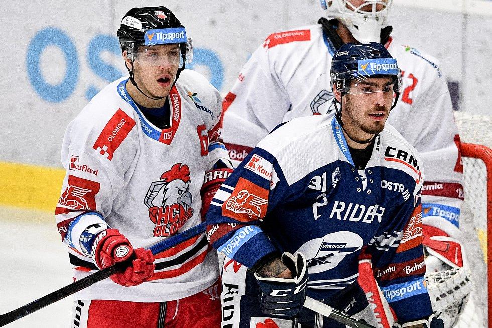 Utkání 38. kola hokejové extraligy: HC Vítkovice Ridera - HC Olomouc, 22. Ledna 2021 v Ostravě. (zleva) Tomáš Dujsík z Olomouce a Dominik Lakatoš z Vítkovic.