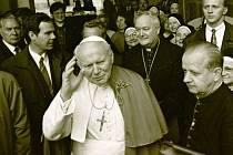 Papež Jan Pavel II. vychází z Arcibiskupského palíce, kde byl během své návštěvy Olomouce v květnu 1995 ubytovaný