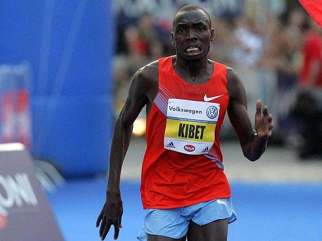 Stephen Kibet jako první vbíhá do cíle Olomouckého půlmaratonu
