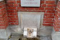 Pramen svatý Václav je u křižovatky silnic Slatinice – Lutín – Prostějov. Nachází se přímo pod sokolovnou. Dnešní podobu získal v roce 2004. Pramen vyvěrá z hloubky 165 metrů a lázně jej využívaly po dobu několika let.