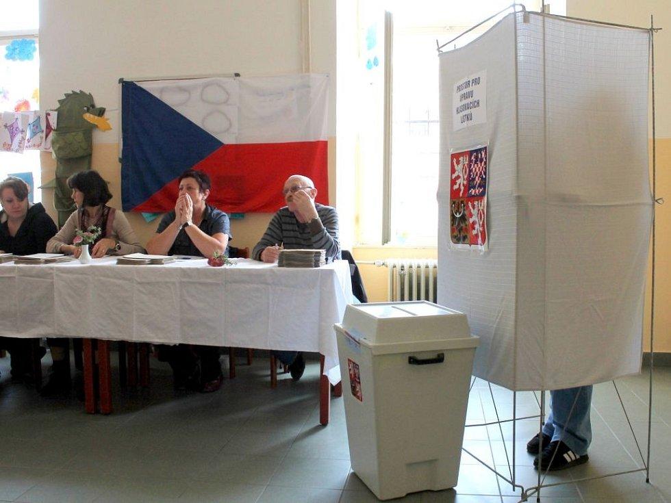 Jeden z prvních voličů předčasných voleb za plentou na ZŠ sv. Voršily v Olomouci