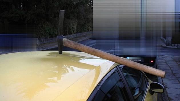 Neznámý vandal zasekl v noci na pondělí do střechy vozidla Seat Leon zaparkovaného na ulici v Olomouci krumpáč