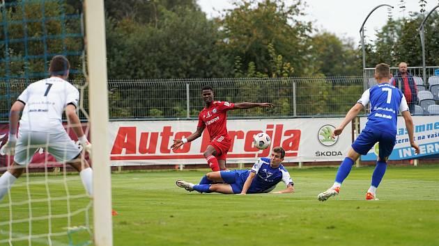 Fotbalisté SK Sigma Olomouc zvítězili ve třetím kole MOL Cupu ve Vlašimi 2:1. Florent Poulolo (v červeném).
