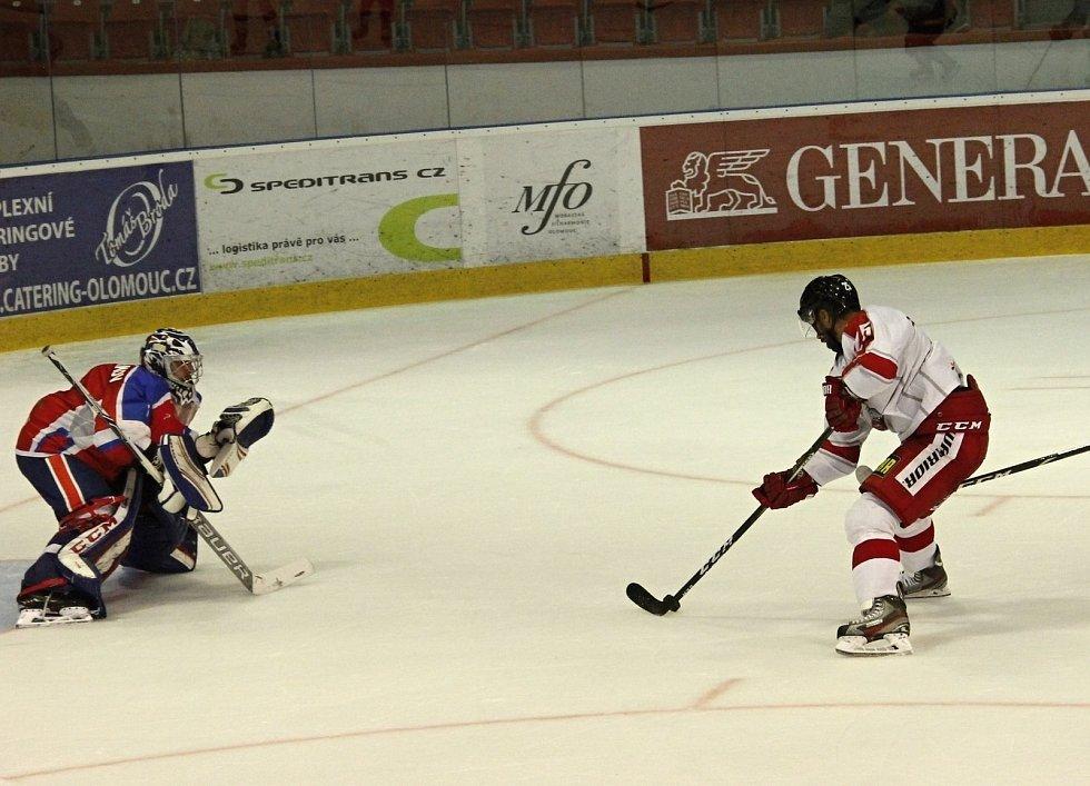 Hokejisté Olomouce (v bílém) podlehli v přípravě  Arlanu Kokšetau 2:3 po nájezdech.