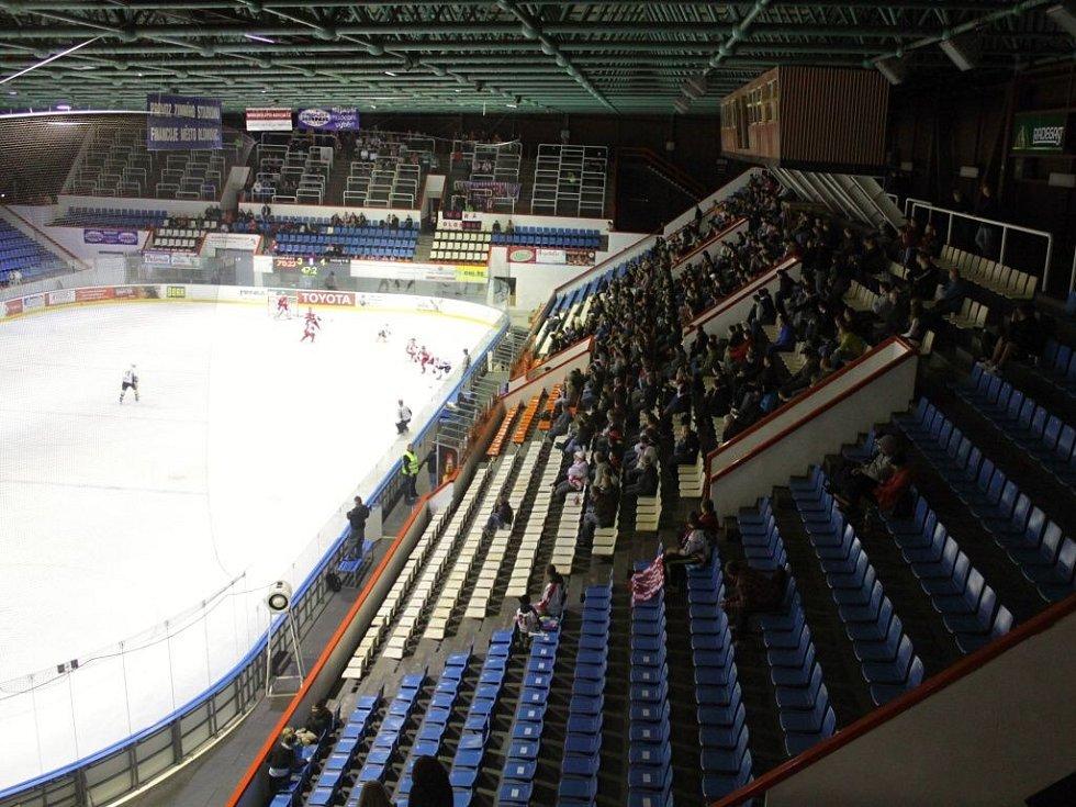 Poloprázdné ochozy zimního stadionu v Olomouci