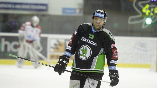 Olomoučtí hokejisté (v bílém) podlehli Mladé Boleslavi 2:4. Marek Trončinský.