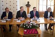 Podpis koaliční smlouvy na olomoucké radnici - zleva Ladislav Šnevajs (KDU-ČSL), Miroslav Žbánek  (ANO), Martin Major (ODS), Stanislav Flek (spOLečně)