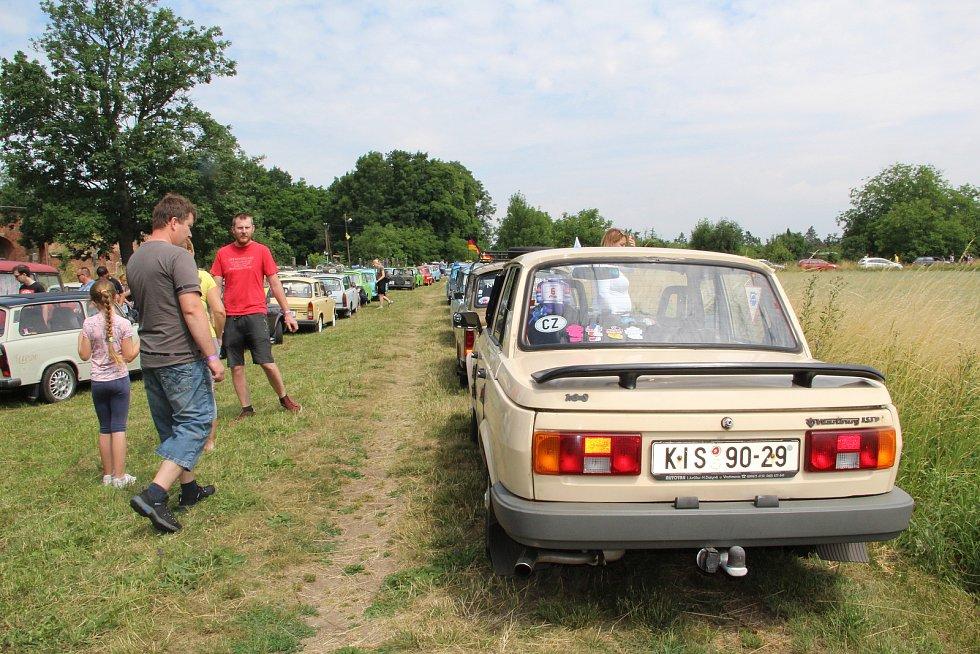 Majitelé nablýskaných trabantů si dali v sobotu dostaveníčko na Plumlově, odkud se vydali na spanilou jízdu regionem - dopoledne měli zastávku na Fortu v Křelově.