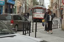 V pěší zóně lidé raději chodí jen po chodníku.