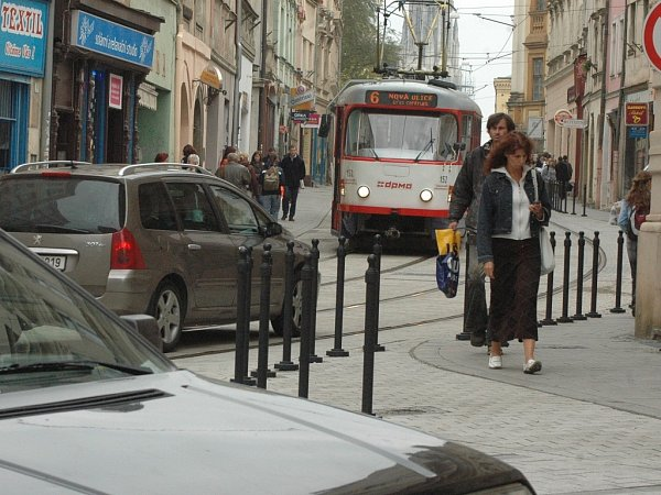 Vpěší zóně lidé raději chodí jen po chodníku.