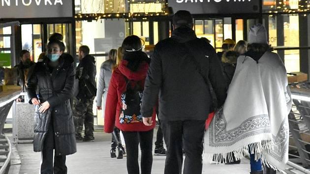První adventní víkend po rozvolnění vylákal spousty lidí na trhy a nákupy. Ilustrační foto