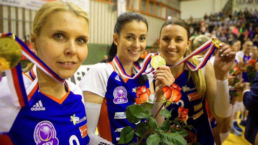 Olomoucké volejbalistky s mistrovskými medailemi. Zleva kapitánka Katarína Dudová, Darina Košická a Martina Michalíková
