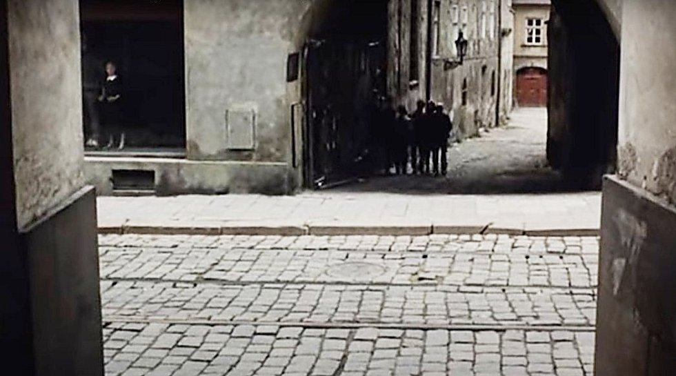 Screen z filmu Záhada hlavolamu. Pohled do ulice Vodární