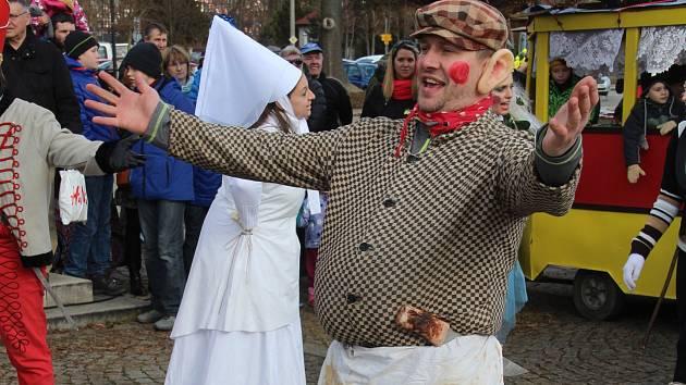 Soubor Haná v sobotu ve Velké Bystřici na Olomoucku uspořádal tradiční masopust se zabijačkou.