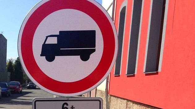 Zákaz vjezdu kamionů a těžkých náklaďáků do Škrétovy ulice u restaurace U Zlaté koule v Olomouci