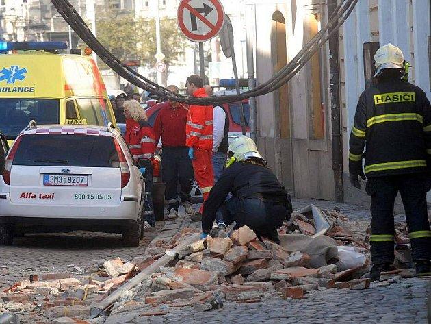 V ulici 8. května v centru Olomouce se zřítila část domu a usmrtila chodkyni
