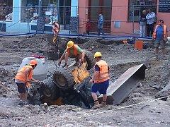 Při rekonstrukci třídy 1. máje v Olomouci se převrátil do jedné z jam na staveništi převrátil nakladač