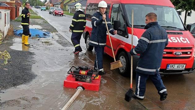30.7.2014. Hasiči v Olšanech u Prostějova odčerpávají vodu po vydatné bouřce