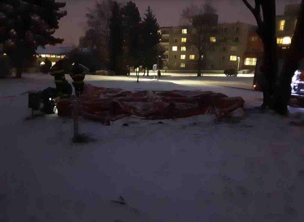 Nehody kvůli ledovce a sněžení v Olomouckém kraji - 7. 2. 2021 - hasiči pomáhali opravit odběrový stan u FNOL