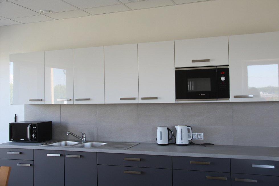 V prvním nadzemním podlaží polyfunkčního domu je například jídelna a zázemí pro zaměstnance.