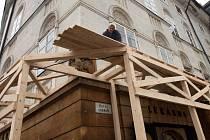 Krajinskou lékárnu v centru Olomouce obehnalo bednění proti padající omítce a zdivu
