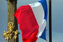 Francouzská vlajka stažená na půl žerdi před olomouckou radnicí