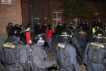 Policie doprovází zástup fanoušků Sparty na olomoucké hlavní nádraží