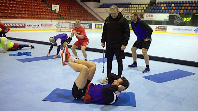 Marek Hecl (v červeném) na prvním tréninku s týmem Mory.