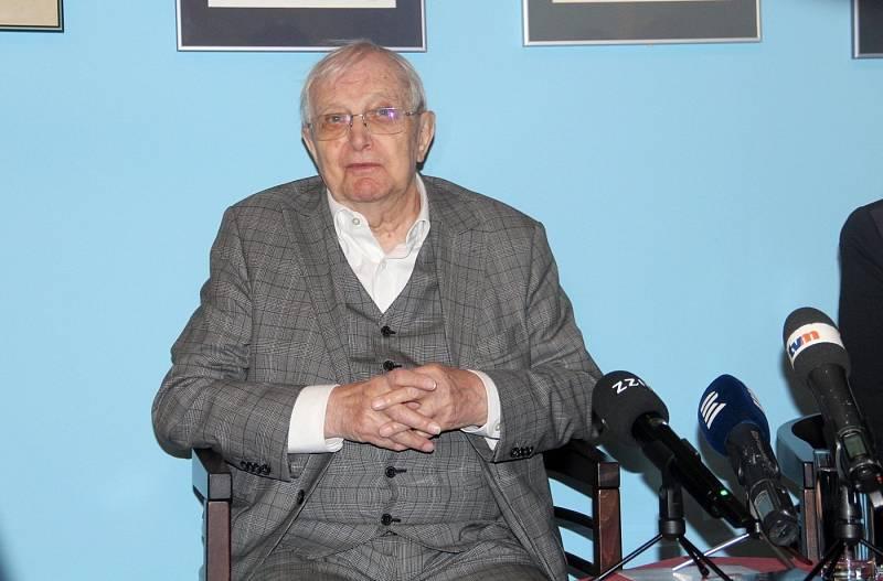 Jiří Suchý zahájil ve Vlastivědném muzeu výstavu ke svým devadesátinám