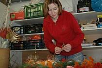 Jana Sýkorová z květinového Studia Stella připravuje dušičkovou výzdobu
