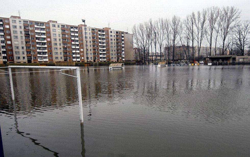 Fotbalové hřiště v olomouckých Nových Sadech připomínalo 5. dubna 2006 spíše bazén.