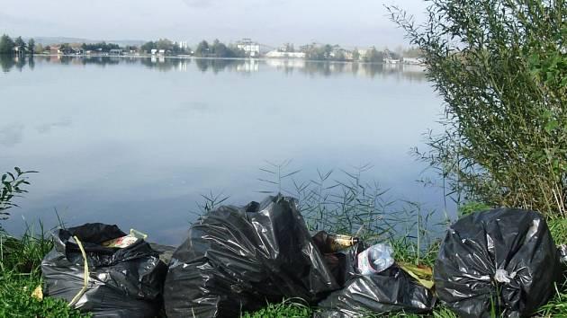 Hygienici upozorňují, že úklid na Nákle je zapotřebí ještě více zlepšit. Odpadky se podle nich musí ukládat do pevných popelnic, do kterých se potkani nedostanou