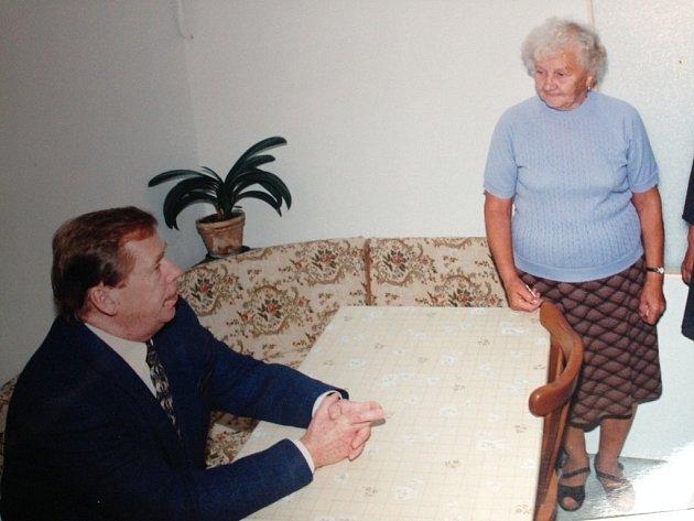 Jarmila Zbořilová se setkala s Václavem Havlem po povodni v roce 1997.