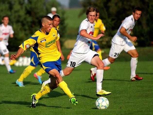 Fotbalisté HFK Olomouc (v bílém) proti Zlínu