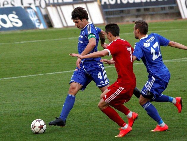 Jaroslav Svozil (s míčem)