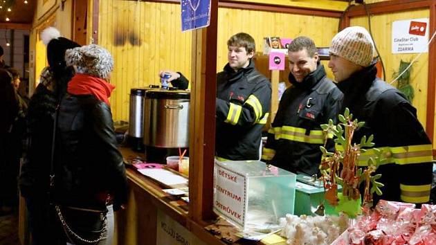 Olomoučtí profesionální hasiči prodávají punč ve stánku Dobrého místa pro život. Ilustrační foto
