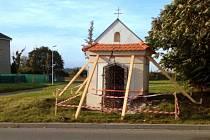 Kaplička svatého Floriána v Dahanovicích je po nehodě poškozená