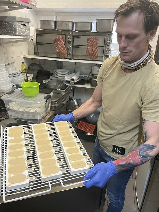 Lukáš Ráb, majitel olomouckého Zmrzlinária Café Centro, vyrábí i nanuky, 5. února 2021