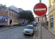 Dolní hejčínská je ve směru od Tomkovy ulice neprůjezdná